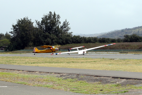 Glider N387BA getting tow cable set for another go around Dillingham Field